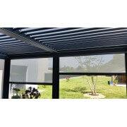 Pergola bioclimatique manuelle avec rideaux en façade